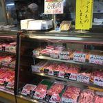 ボーンミート - 肉屋さんなんで普通に色々売ってます。              肉屋さんの焼豚美味そうだなーーー