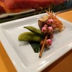 高砂寿司 - お通し。枝豆ときぬかつぎ、エビの頭。桃の枝が美しい。