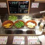 82210703 - サラダ。キャベツの千切り、アスパラ、レタス、ポテトサラダ、コーン。