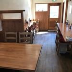 洋食の藤 - 4人掛けテーブル2卓と、左右壁に別れたカウンター席があります(2018.3.10)