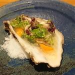 82217834 - 牡蠣、ウニ、キウイ、ハーブ、菜の花