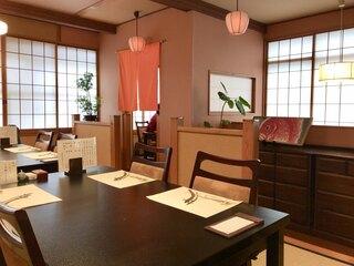 ぬりや 泉町大通り - 2階のテーブル席は靴を脱いで上がります