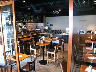 Bistro flatcafe - (昼)雰囲気はとてもいいです。奥がサラダバー