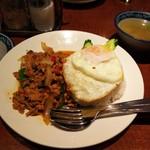 82232858 - 鶏肉とバジルの唐辛子炒めライス