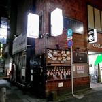 小料理 石蕗 - ビルの入り口(緑の⇒)