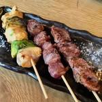 炭火バル あじと - 「朝引き鶏の串5種盛り」のうちの3本。なかなか美味しい。