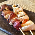 炭火バル あじと - 「朝引き鶏の串5種盛り」のうちの2本。いずれも美味しい。