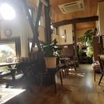 風の道ギャラリー かしわや - 店内は木を基調とした落ち着いた空間