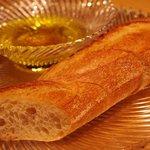ウタカタ - オリーブオイルの中には硫黄の香りが強い岩塩
