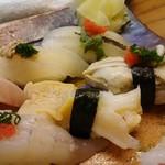 82242987 - 地魚握り (左上から反時計回りに)カワハギ、サヨリ、カキ貝、バイ貝