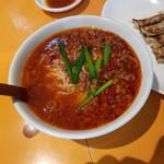 82243237 - 真っ赤なスープの「元祖 台湾ラーメン (530円)」