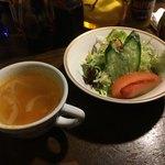 グリル&洋食 アガペ - オーソドックスなフレンチサラダにミネストローネ風のスープ 前菜により血糖値の上昇を緩やかにする 心が嬉しい提供法かも! 地球にも身体にも緑は大切<>