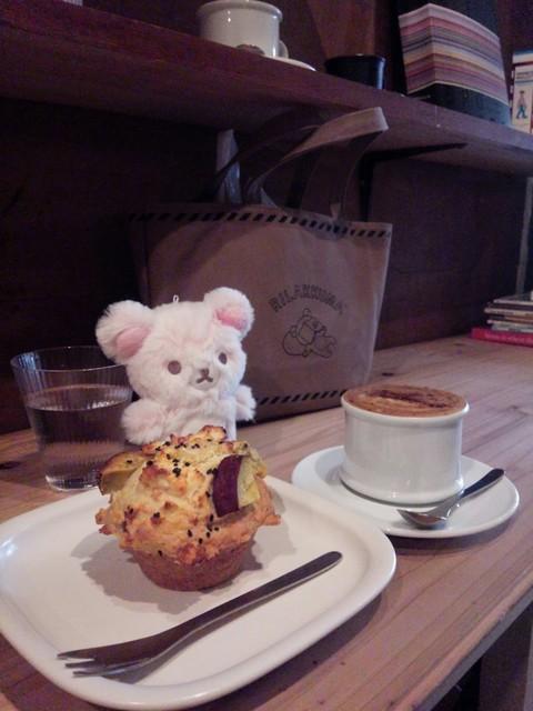 CIBI 東京店 - イートイン。セイボリーマフィン。カプチーノ。マフィンは暖め無し。カプチーノは牛乳を有料で豆乳に。