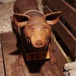 8226382 - 豚がお出迎えしてくれます。