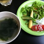 8226728 - ランチのサラダとわかめスープ