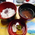 芳野旅館 - 夕食(ご飯 & 赤だし & 漬物)