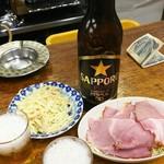 82266381 - 瓶ビール大瓶 450円、ハムキャ別 350円、スパゲティサラダ 200円