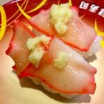 元禄寿司 - 「鯨ベーコン」(寿司は全て税込み135円)。