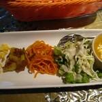 インドカレーツルシ - カレー、サラダ、パスタ、ポテト、茹で卵潰してマヨネーズ混ぜたやつのアップ
