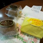 万平菓子舗 - ティラミス大福(フレッシュ品)とレモンケーキ。レモンケーキはレーズン入りの生地の表面に杏ジャムをたっぷり塗り、レモン風味のチョコレートでコーティングした個性派!