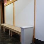 雪乃下果実 - お店の裏手の6名掛けのベンチ