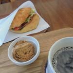 82279607 - BLTサンドとコーヒー。ラスクはかなり美味しかった。
