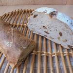 82279691 - バケットとRと宇井七男クルミとレーズンのパン
