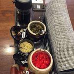 麺や はやぶさ - 卓上の高菜、紅生姜、にんにくは無料。 お願いすると持って来てくれる。