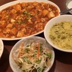 全家福 - 「麻婆豆腐」! 冷菜、ご飯、スープ、デザート付き。 平皿の麻婆豆腐、食べにくいです。