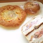 Blanc - 左上から時計回りに、ゴルゴンゾーラとはちみつのピザ、こしあんぱん、スモークサーモンとクリームチーズのサンドイッチ。