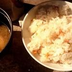 山安水産 - セットで付いてる牡蠣飯&味噌汁