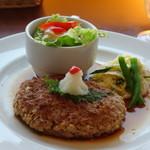 Mollete Grill - ◆ハンバーグは手作り感があり、野菜サラダやポテサラなどが添えられています。