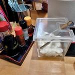 ざぼんラーメン - 卓上に常備された調味料類 & ダイコンの浅漬け