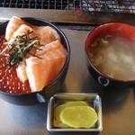 82300113 - 鮭の親子丼1450円