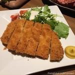 北海道ラクレットチーズ×肉バル  GRILL CHICKEN MARKET - 越後もち豚のロースカツ(999円税別)
