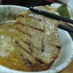 つけ麺・らーめん 辰寅 - チャーシューは、焼いた香りが香ばしい!網焼きの焼き肉の香りがしたんご♡