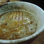 つけ麺・らーめん 辰寅 - 華やかな鰹主体の魚介粉を大胆に効かせ、  魚粉の旨みと香りを前に出した和の印象。