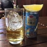 82304605 - ハイボール。別に炭酸水缶とレモンが一緒に提供されます。