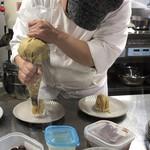 スイーツ カフェ キョウト ケイゾー - 目の前で自分のモンブランが作られるのを見学できます