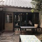 スイーツ カフェ キョウト ケイゾー - お店と菓子工房の間の中庭