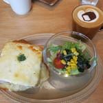 パン屋むつか堂カフェ - ブレッドミールセット:ベーコンとオニオンのクロックムッシュ サラダ カフェラテ