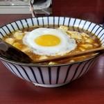 玉蘭 - 極辛麻婆麺の目玉焼きトッピング 750円(麻婆麺650円+辛味50円+目玉焼き50円) 半熟の目玉焼きが辛味をマイルドにさせます。