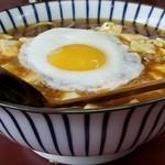 玉蘭 - 極辛麻婆麺の目玉焼きトッピング。目玉焼きは全てのメニューに50円でトッピングできます。