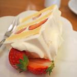 82317761 - いちごのケーキ