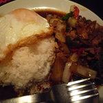 ガパオ食堂 - ガパオ・ガイ・ラート・カーオ(980円)・・・を頼んだはずが、ガパオ・ムー・ラート・カーオが来ました(笑)