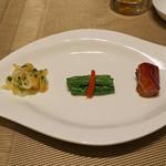 82328332 - 前菜三品の盛り合わせ  叉焼、インゲンと塩漬けの高菜、クラゲと大根の和え物
