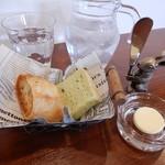 82330284 - フランスパンとほうれん草のパン