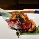 水炊き吟醸もつ鍋 由乃 - 特上うにく寿司