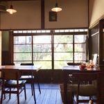 古民家カフェ蓮月 - 裏庭に面したテーブル席