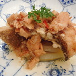 82344015 - じっくり焼き上げた新玉ねぎと鮭、自家製エックスオージャンの新鮮魚香り揚げ